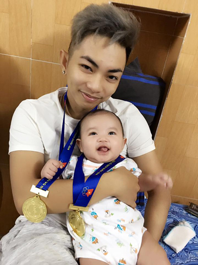 Vừa trở về nhà sau một giải đấu, Phan Hiển đã ngay lập tức chia sẻ niềm vui chiến thắng cùng con trai.
