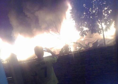 Cháy chợ trong đêm, ít nhất 50 gian hàng bị thiêu rụi - 1