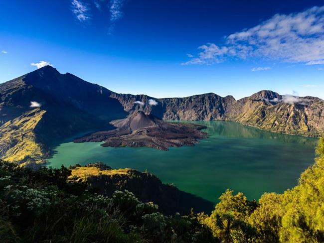 Indonesia với hơn 17.000 hòn đảo lớn nhỏ, thu hút hàng ngàn khách du lịch mỗi năm nhờ những cảnh quan thiên nhiên hùng vĩ đa dạng, khu rừng nhiệt đới tươi tốt và các bãi biển xinh đẹp.  Rinjani (hay Gunung Rinjani) là một trong những ngọn núi lửa cao nhất Indonesia với chiều cao 3.658 mét. Bên cạnh núi Rinjani là một hồ nước hình lưỡi liềm được hình thành trên một miệng núi lửa không còn hoạt động, được xem là một trong những nơi linh thiêng nhất của Indonesia. Mặc cho sự nguy hiểm và độ cao, Rinjani vẫn thu hút rất nhiều khách du lịch, đặc biệt là khách leo núi.