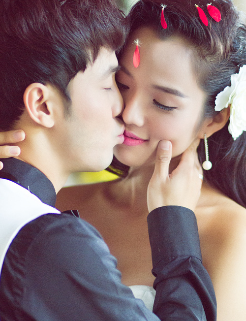 Ảnh cưới ngập tràn nụ hôn của vợ chồng Ưng Hoàng Phúc - 1