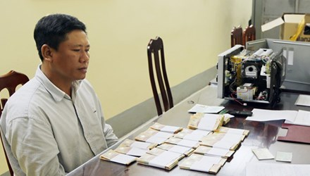 Vừa ra tù đã bị khởi tố vì buôn tiền giả - 1