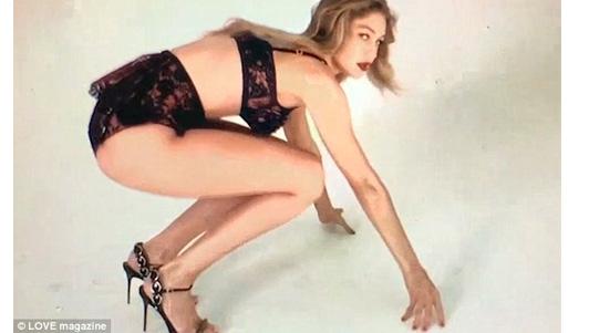 Gigi Hadid tưng bừng khoe dáng với nội y - 1