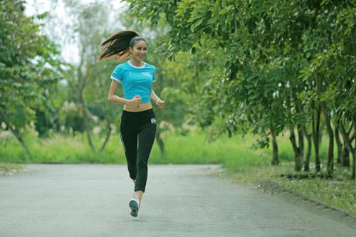Hoa hậu Phạm Hương bật mí về chế độ dinh dưỡng cho hành trình đến Mỹ - 1