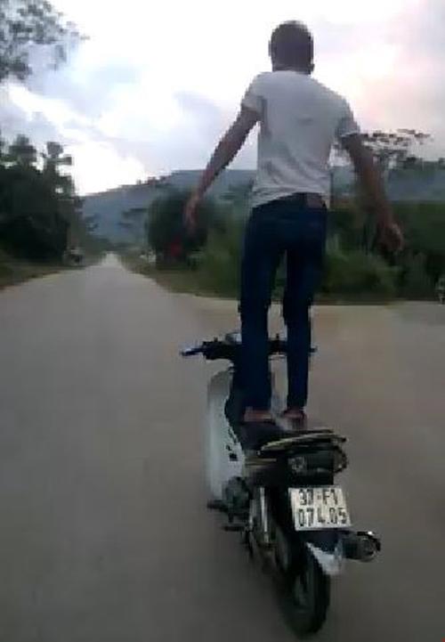 Thanh niên đứng trên yên để xe máy tự chạy bị phạt - 1