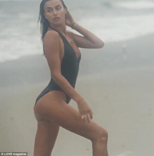 Irina Shayk mặc áo tắm khoét sâu táo bạo bên bờ biển - 1