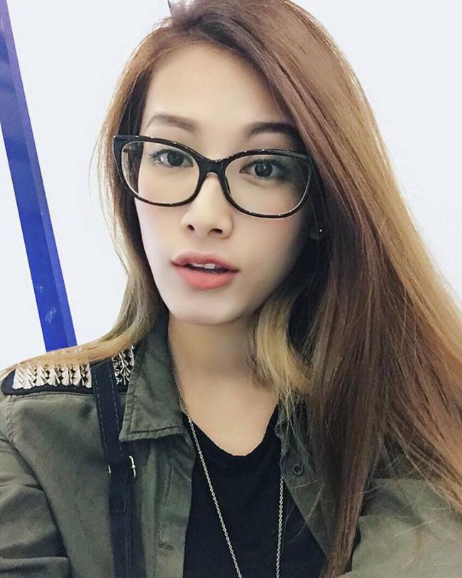 Sau khi chia tay Ly Kute chưa lâu, Mạc Hồng Quân bất ngờ bị bắt gặp đi chung với mẫu ảnhSài thành, Emmy Nguyễn