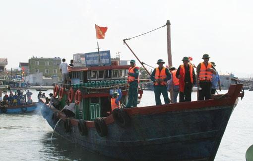 Tàu cá gặp nạn, 9  ngư dân rơi xuống biển - 1