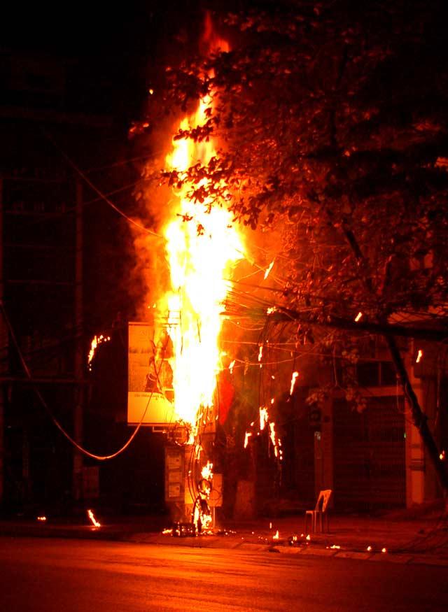 Clip: Cột điện cháy dữ dội kèm tiếng nổ trong đêm - 1