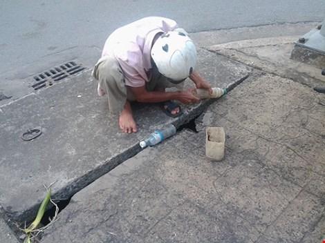 Độc đáo nghề câu cá trê ngay giữa đường phố - 1