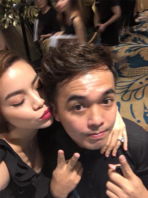 Facebook sao 7/12: Hà Hồ khoe ảnh ôm hôn trai trẻ - 1