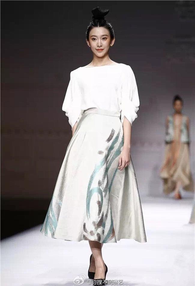 Trương Lâm Nghệ trong một thiết kế nhận được nhiều lời khen ngợi