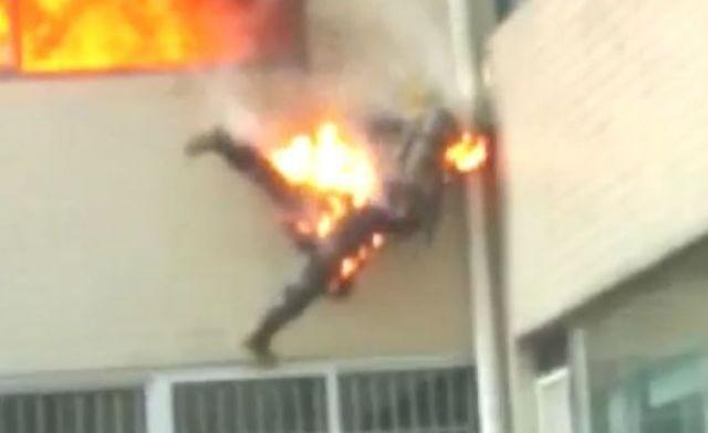 TQ: Lính cứu hỏa cháy như đuốc nhảy từ tầng 2 xuống đất - 1