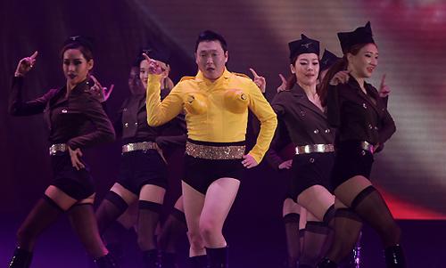 'Cha đẻ Gangnam Style' gây tranh cãi vì tiết mục quá lố - 1