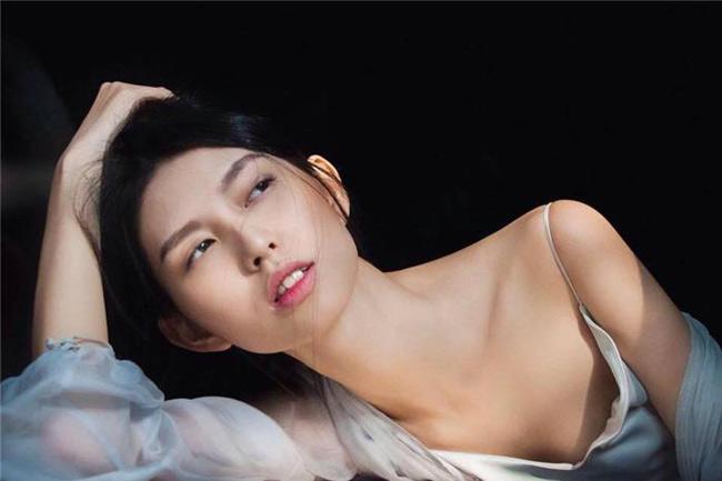 Cô cho biết bản thân từng bị quỵt tiền cát sê nhiều lần, dẫn đến một màn khẩu chiến giữa cô và nhiếp ảnh gia Samuel Hoàng.