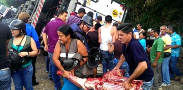 Video: Dân Venezuela quá đói, chặn xe tải cướp gà - 1