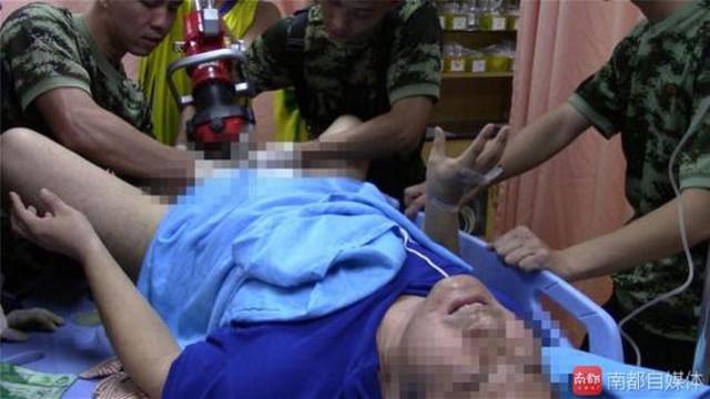 """Kẹt """"của quý"""" trong nam châm, 10 lính cứu hỏa mất 4 giờ giải cứu - 1"""