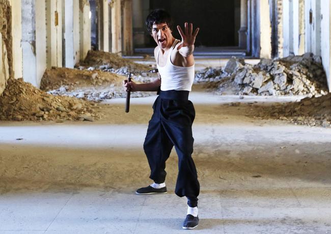 Hàng loạt các clip và ảnh của anh chàng người Afghanistan có tên Abbas Alizada từng khiến cộng đồng mạng phát sốt. Lí do là bởi hiếm có người nước ngoài nào lại sở hữu vẻ ngoài và kĩ năng võ thuật giống huyền thoại Lý Tiểu Long như Alizada.