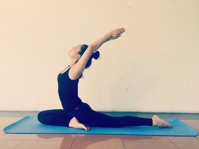 Để có thân hình chuẩn như hiện tại, Ngọc Hà đã phải rất chăm chỉ luyện tập. Cô thường tìm đến bộ môn Yoga mỗi khi rảnh rỗi.