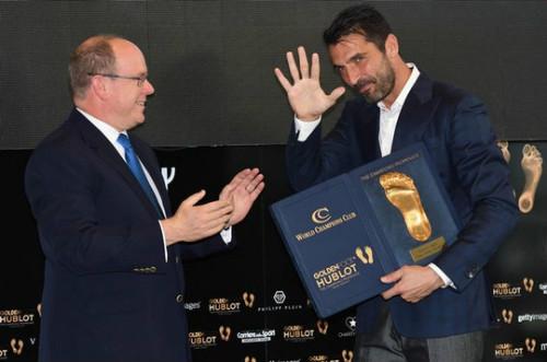 """Qua mặt Messi & Ronaldo, Buffon ẵm giải """"Bàn chân vàng"""" - 1"""