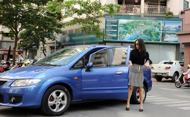 Hàng ngày cô vẫn tự mình lái xe để đưa đón con đi học.