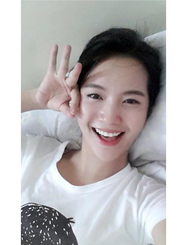 """Cô còn được cư dân mạng gọi với danh hiệu """"Thánh nữ Bolero"""". Ngay sau khi tên tuổi của Jang Mi ngập tràn các trang mạng, không ít fan đã tìm lại các tấm hình của cô gái này và họ phải bất ngờ vì vẻ ngoài quá xinh đẹp ở ngoài đời thực của Jang Mi, nhất là những bức hình để mặt mộc."""