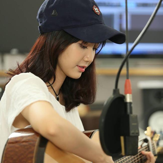 Trong các góc chụp nghiêng khi Jang Mi ôm đàn biểu diễn các nhạc phẩm Bolero cũng rất hoàn hảo.
