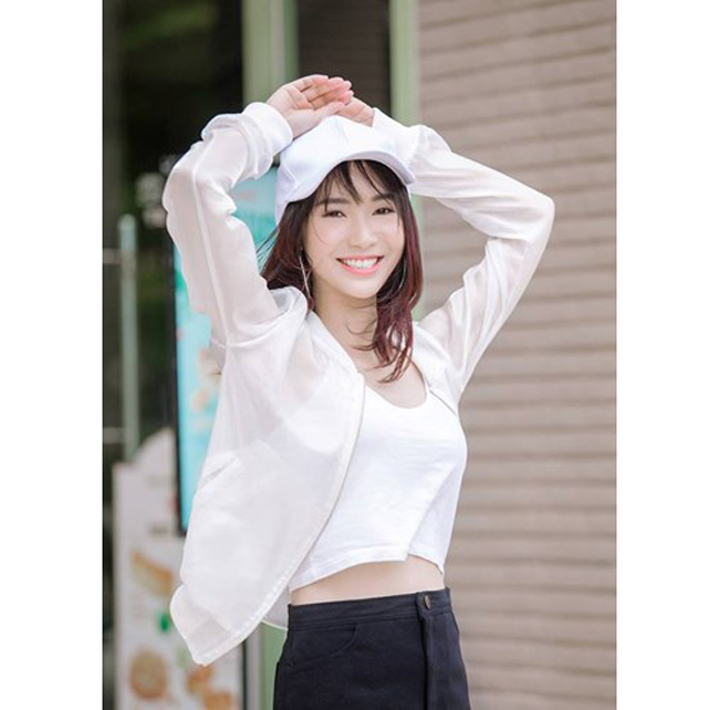 Hiếm khi thấy Jang Mi ăn mặc sexy, dù trong bộ ảnh hay đời thường.