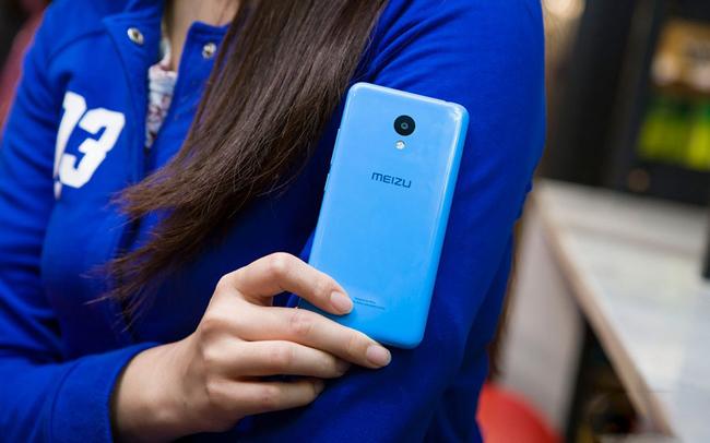 Chiếc smartphone giá rẻ với vỏ nhựa bóng loáng của nhà sản xuất Meizu được người đẹp trên tay và trải nghiệm.