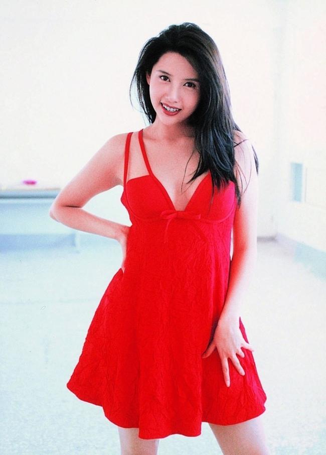 Người đẹp từng tham dự cuộc thi Hoa hậu Hong Kong 1987 nhưng chỉ dừng lại ở Top 15 vì dính nghi án thẩm mỹ cằm.
