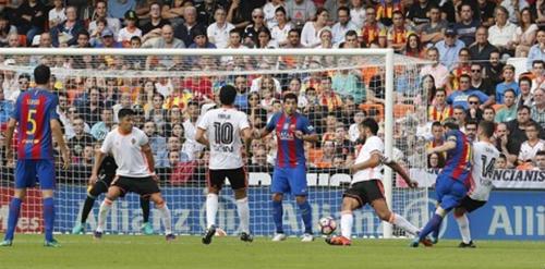 Tranh cãi: Messi ghi bàn khi Suarez phạm luật - 1