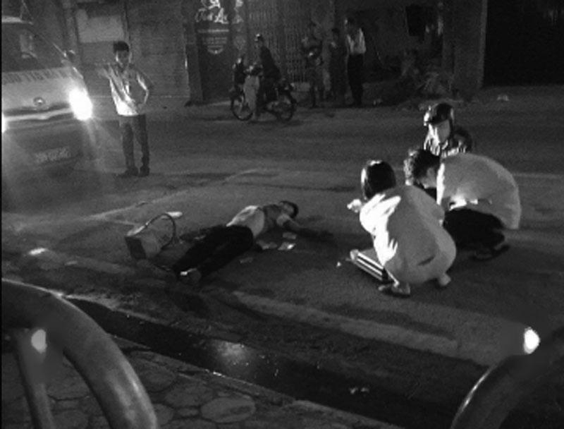 HN: Một bảo vệ bị đâm gục trên đường Thụy Khuê - 1