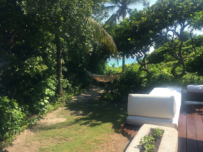 Mỗi phòng nghỉ ven biển đều có một khu vườn riêng và võng để du khách nằm thư giãn và ngắm cảnh.