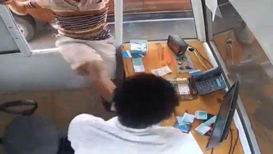 Cán bộ kiểm lâm tung cước vào mặt nhân viên thu phí - 1