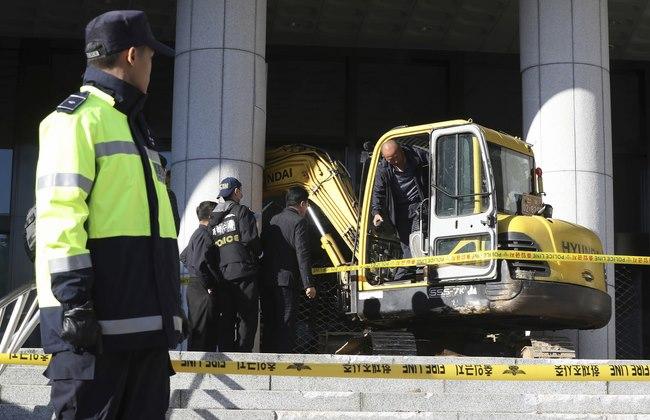 Dùng máy xúc phản đối bạn thân Tổng thống HQ tham nhũng - 1