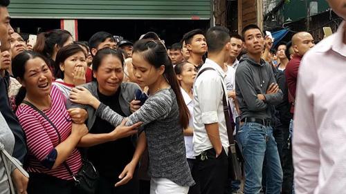 Lửa dữ thiêu quán karaoke chưa tắt, người thân nạn nhân gào khóc đợi tin - 1