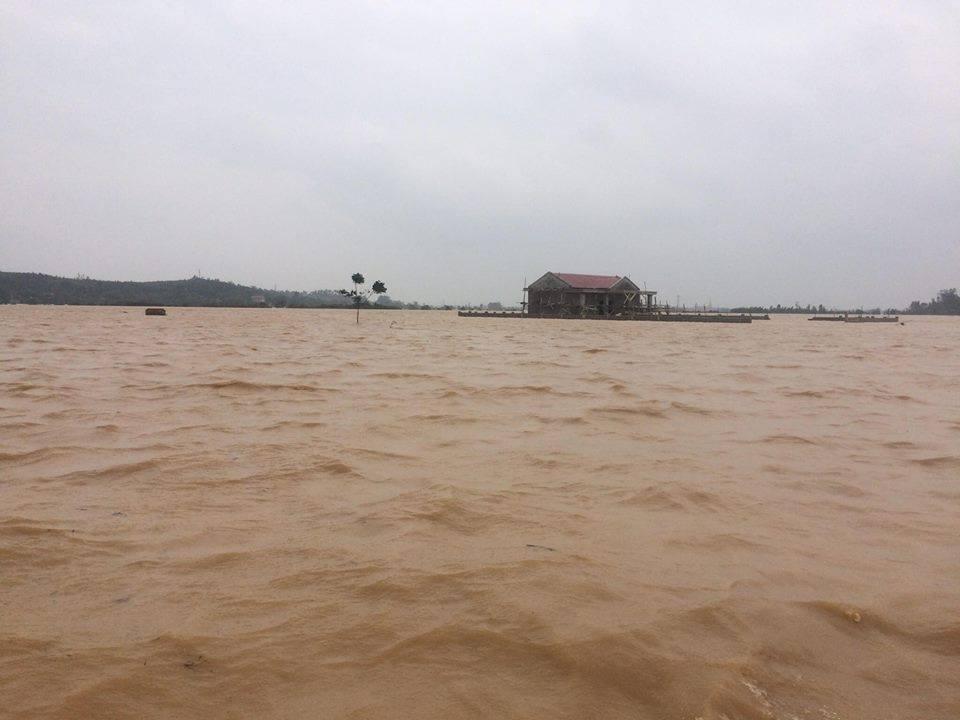 Quảng Bình: Lũ gây vỡ đê, dân ăn mì tôm sống qua ngày - 1