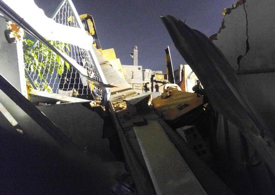 Xe cẩu công trình lật trong đêm, nhà hàng xóm khiếp sợ - 1