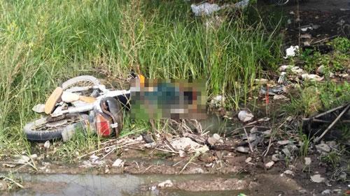 Thanh niên chết trong tư thế tay bám chặt vào xe máy - 1