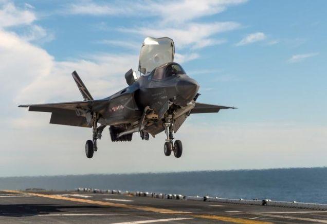 Tiêm kích F-35 lần đầu hạ cánh thẳng đứng trên tàu đổ bộ - 1