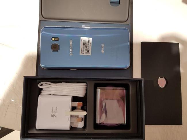 Cuối cùng thì phiên bản màu xanh san hô (Blue Coral) của chiếc Galaxy S7 Edge cũng đã ra mắt tại thị trường Mỹ, và được phân phối đầu tiên thông qua nhà mạng Verizon. Dự kiến, phiên bản này cũng sớm có mặt tại các thị trường khác ngay sau đó.