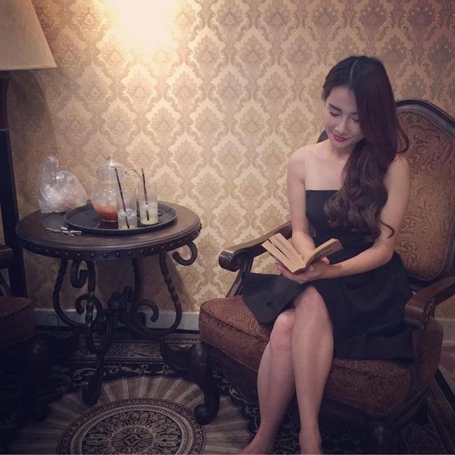 Ít ai biết rằng, Nhã Phương có dáng ngồi cuốn hút không kém các người mẫu là bao.