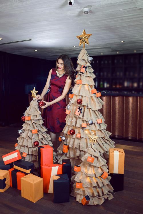 Hoa hậu Phạm Hương diện tông màu nóng đón Giáng sinh sớm - 1