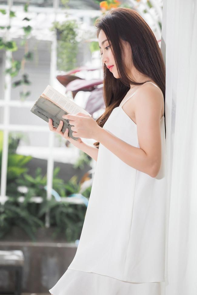 Mới đây, Huỳnh Hồng Loan đã nhận lời thực hiện bộ ảnh nghệ thuật độc quyền với chúng tôi. Trong quá trình thảo luận concept, nữ diễn viên trẻ lựa chọn mộng mơ gợi cảm như đúng hình tượng mà cô đang xây dựng.