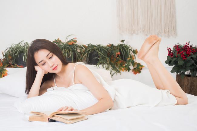 Dù khá bận rộn nhưng đọc sách vẫn là sở thích được cô nuôi dưỡng.