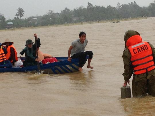 Quảng Nam: Công an vượt lũ dữ đưa thai phụ đi sinh - 1