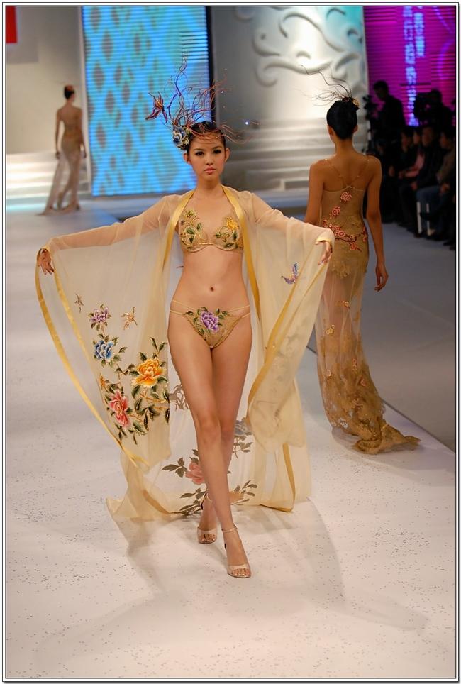 Chính vì thế, không chỉ là một người đẹp gây ấn tượng tại các cuộc thi nhan sắc, Trương Tử Lâm còn tạo được chú ývới vai trò người mẫu trong những show thời trang quốc tế.