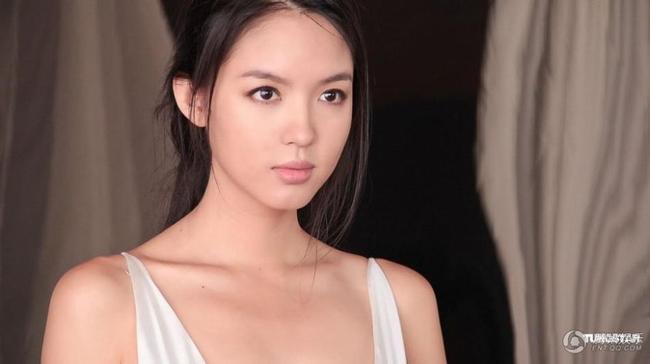 Cuối năm 2014, nàng hoa hậu xinh đẹp có dịp đóng chung với diễn viên nổi tiếng Châu Tấn trong phimBạn gái hồi xuân của tôi (Meet Miss Anxiety).