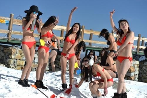 """Gái xinh diện bikini nghịch tuyết khiến du khách """"nóng mắt"""" - 1"""