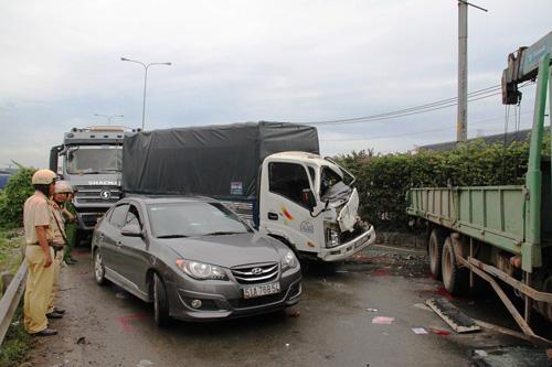 Tai nạn liên hoàn, 5 ô tô nát đầu móp đuôi trên dốc cầu - 1