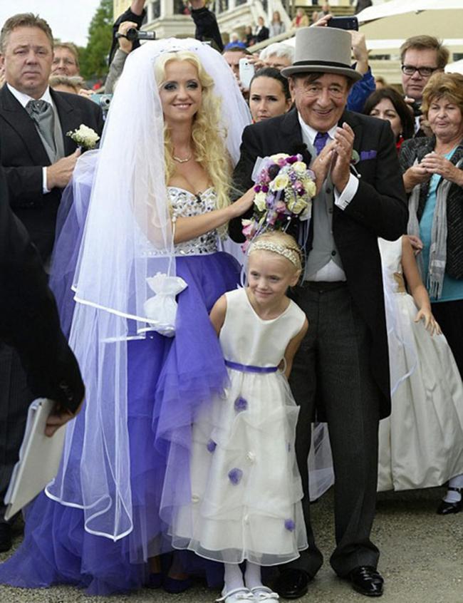 """Tháng 9/2014, không chỉ người dân tại thành phố Vienna (Áo) ngỡ ngàng mà cả phần còn lại của thế giới cũng phải """"ngả mũ"""" chứng kiến lễ cưới của tỷ phú Richard Lugner, khi đó đã 81 tuổi với """"quả bom sex"""" Cathy Schmitz."""